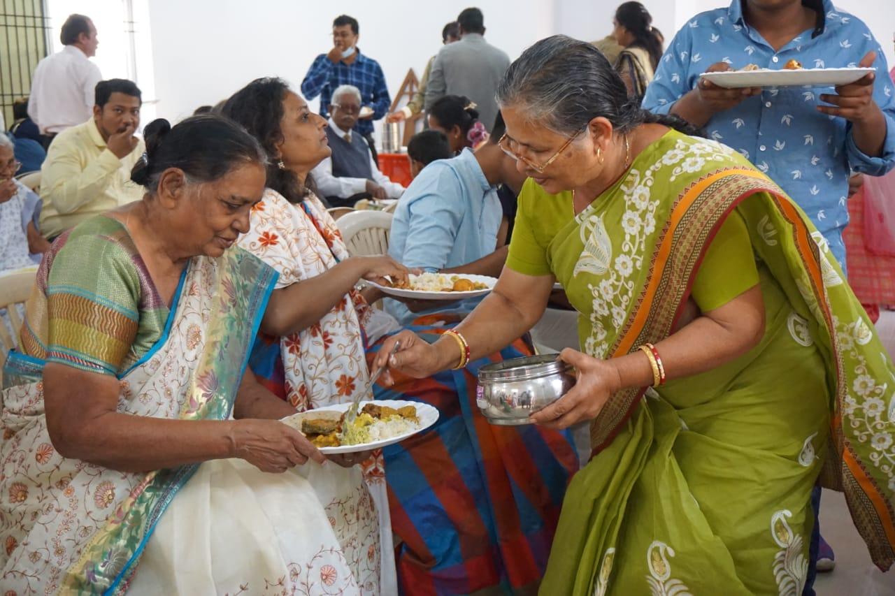 women eating