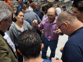 <p>Praying together at the Renewal 2027 event in Costa Rica in 2019. Photo: Ebenezer Mondez.</p>