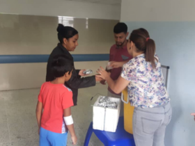 Mennonites in Caracas, Venezuela, distributing food at a hospital. Photo: RMM de Venezuela
