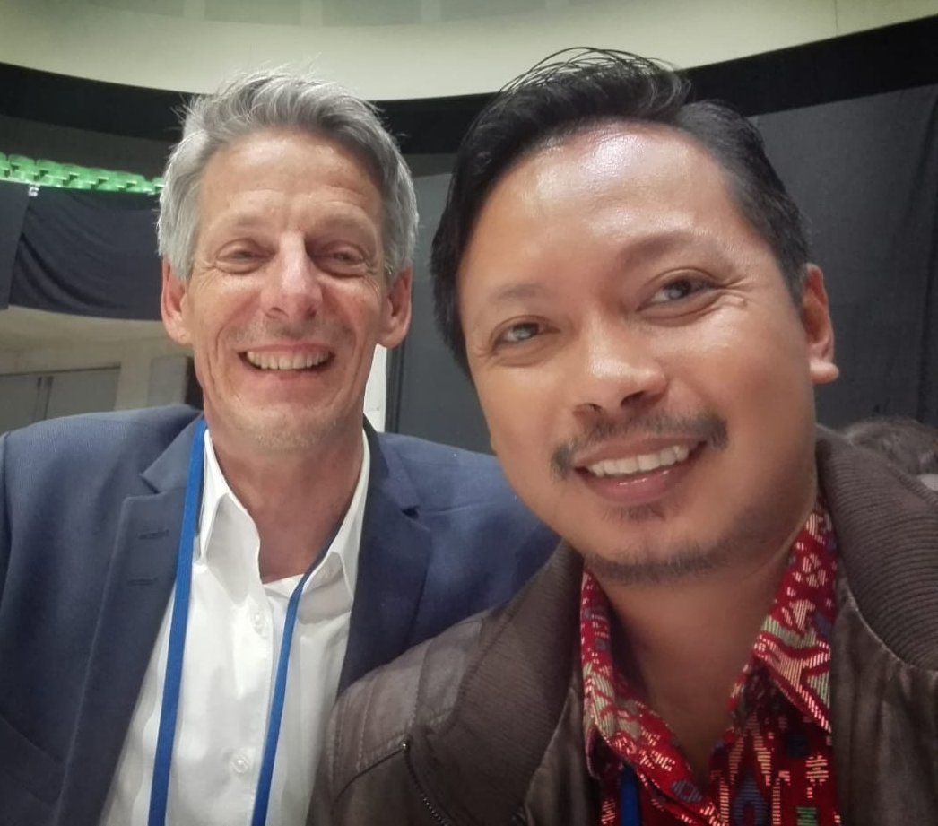 Indonesian pastor Danang Kristiawan who participated in MERK as a guest of the Dutch Mennonites meets Mennonite theologian Fernando Enns. Photo courtesy of Danang Kristiawan.