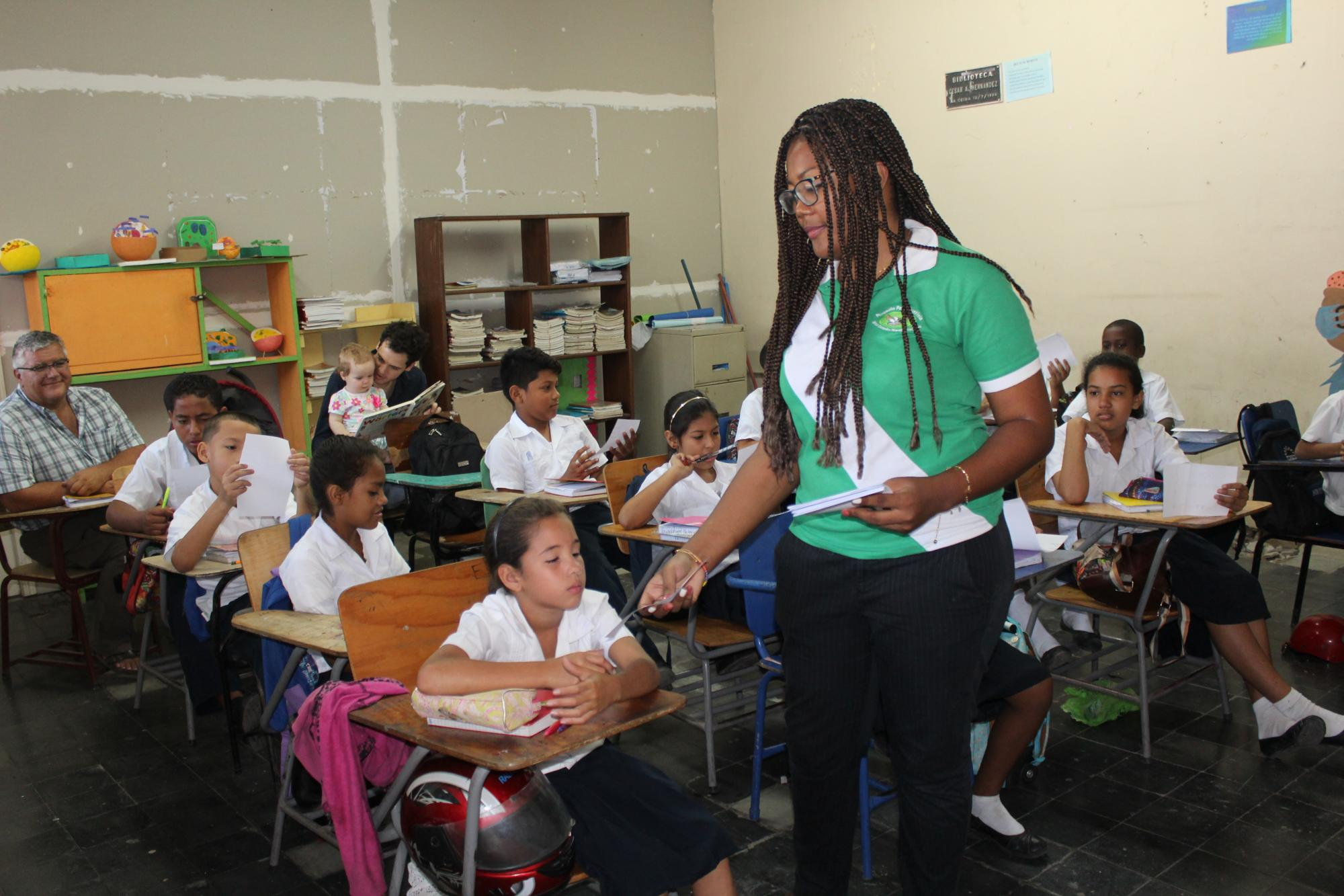 Damaris Guaza Sandoval of Colombia facilitates a workshop on self-esteem for a fourth-grade class at the Francisco Morazán school in La Ceiba, Honduras. MCC photo/Ilona Paganoni